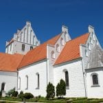 Danmarks største landsbykirke i Ubby, er blandt målene for turen i Hvideslægtens landskab.