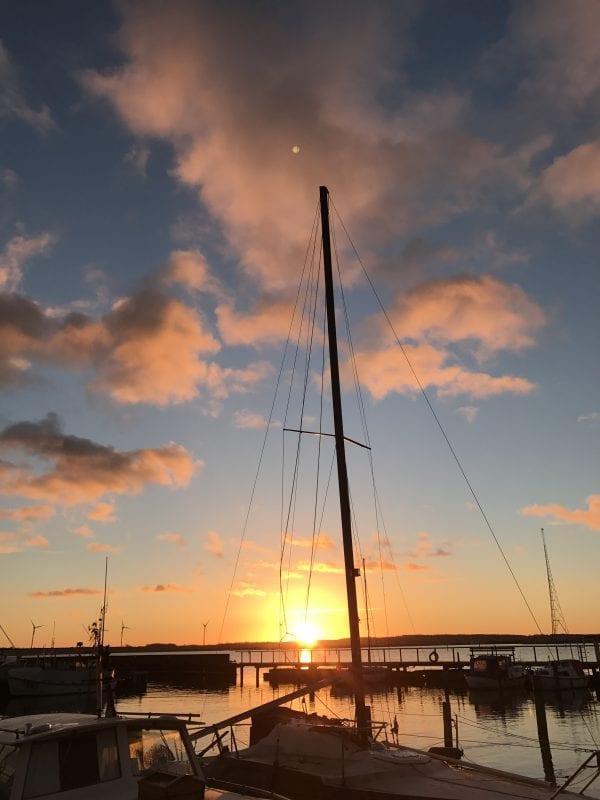 Smuk solnedgang over havnen