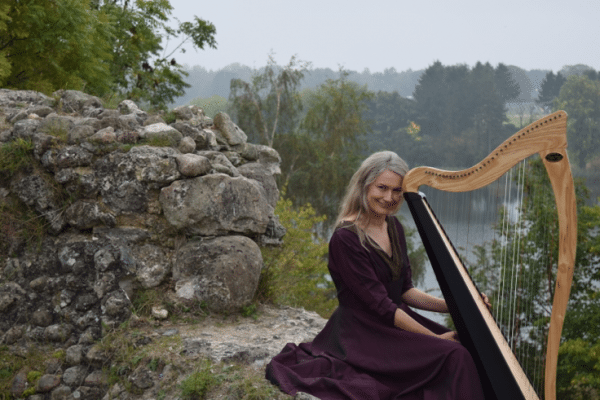 Trine Opsahl på keltisk harpe