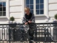 Birgitte Dinesen tager imod på hovedtrappen.