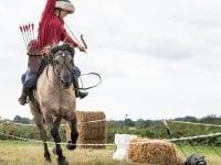 Bueskydning fra hesteryg - her demonstreret af Jeamaine Enevoldsen. Foto: HorseBack Archery Denmark