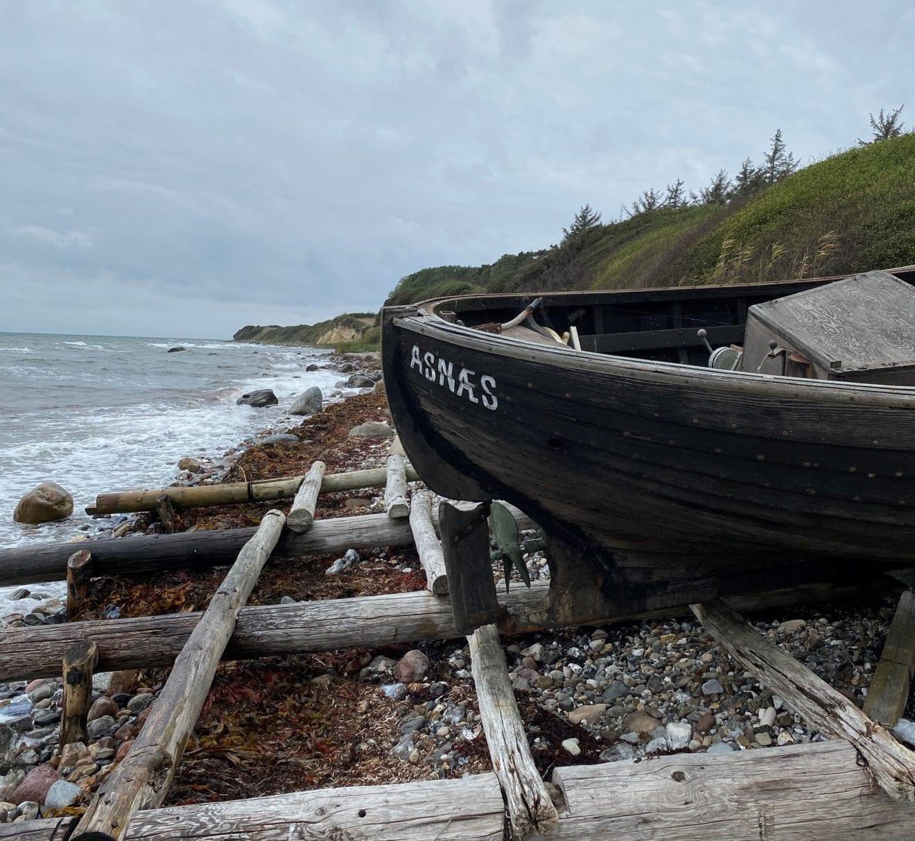I en lille båd ved kysten